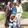 Ritratto di famiglia nel 1986. Da sinistra, il padre Silvio Bonolis, la prima moglie del conduttore Diane Zoeller (42 anni), una psicologa americana, e Paolo. Inginocchiata la madre, Alba Lucia Mondelli, e il primogenito della coppia Stefano, oggi ventenne. Due anni dopo nascerà  anche Martina, che ora ha 16 anni.