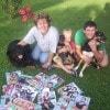Ewa Kwasiborska con sua figlia Giada, 5 anni, e Clay, 14 anni, con i cani Darma, Eddy e Bruno (Borgo San Michele-LT)