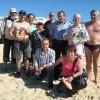 Giovanni con gli amici e con «Sorrisi» sulla spiaggia di Hammamet in Tunisia
