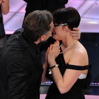 Bonolis bacia Arisa, la vincitrice delle Proposte 2009 del festival di Sanremo
