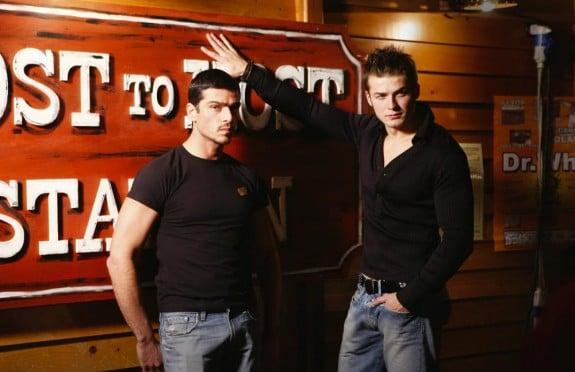 Massimiliano Varrese in una scena del clip di «Luca era gay» con una comparsa, il modello Oliver.