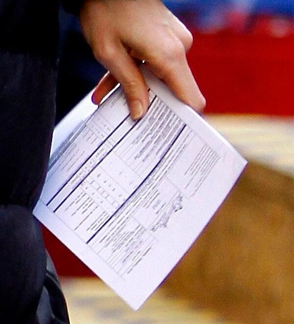 """Katie Holmes a New York durante una pausa sul set di """"The Extra Man"""". nelle sue mani il copione  (foto Kika press & Media)"""