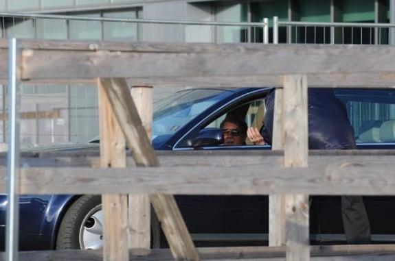 Mike Bongiorno mentre lascia la sede di Sky (Foto esclusiva di Tv Sorrisi e Canzoni)