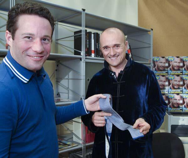 Tommaso de Mottoni y Palacios mentre consegna la cravatta per l'asta benefica ad Alfonso Signorini  (Foto Stefano Pavesi/Contrasto)