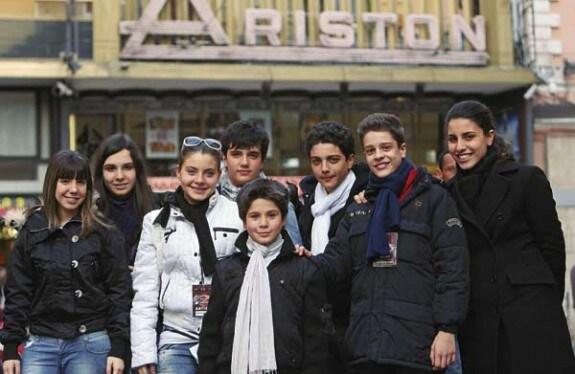 Alcuni dei protagonisti di «Ti lascio una canzone» in posa davanti al Teatro Ariston di Sanremo (Foto Rino Petrosino)