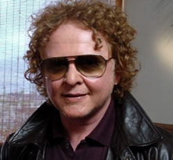 MICK HUCKNALL, cantante Simply Red, 49 anni