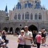 Daniela e Massimiliano in viaggio di nozze in Florida. Qui con «Sorrisi» a Magik Kingdom di Orlando