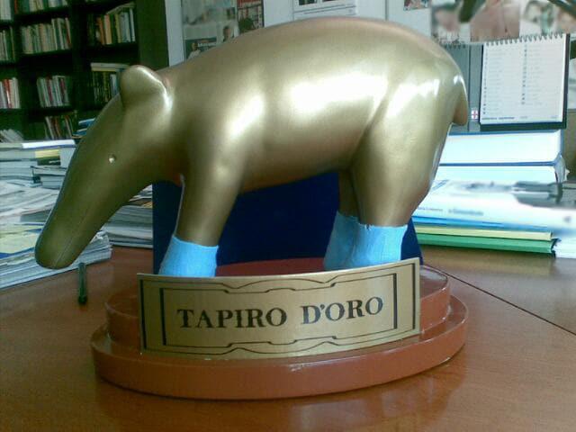 Il tapiro con i calzini turchesi che Claudio Brachino riceverà questa sera