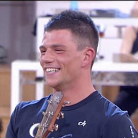 Enrico Nigiotti (Livorno, 11 giugno 1987) – Cantautore. Ha fatto della squadra della Luna ed è stato alunno di Charlie Rapino. Adesso è alunno di Loretta Martinez.