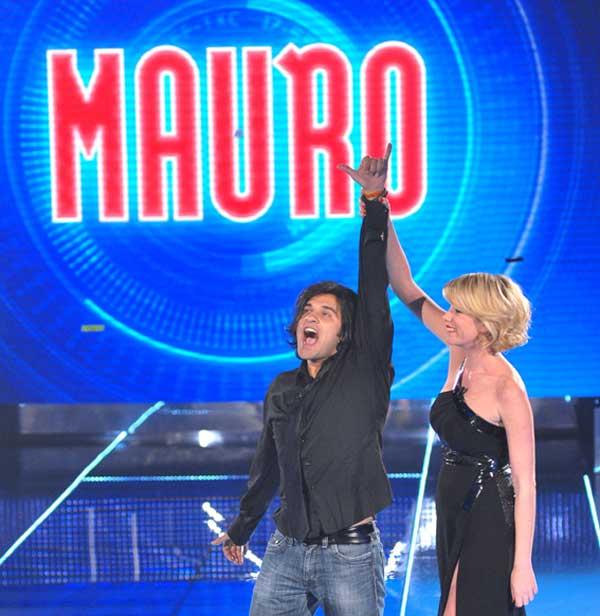 Mauro Marin, vincitore del GF 10 in studio con Aòessia Marcuzzi (Foto Olycom)