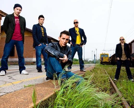 I Modà: da sinistra, Stefano Forcella (basso elettrico), Claudio Dirani (batteria), Francesco Kekko Silvestre (voce), Enrico Zapparoli (chitarre) e Diego Arrigoni (chitarra elettrica)