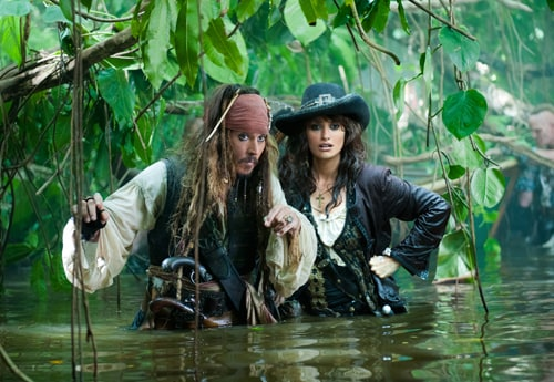 Johnny Depp e Penelope Cruz (Ph. Peter Mountain ©Disney Enterprises, Inc.)