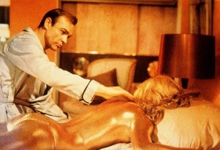Sean Connery in una celebre scena di «Goldfinger»